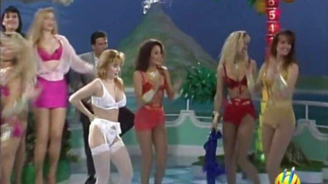 XXX कोई पंजीकरण  कामुक पत्नी दो अजनबियों के साथ चुदाई करती सेक्सी हॉट मूवी वीडियो है